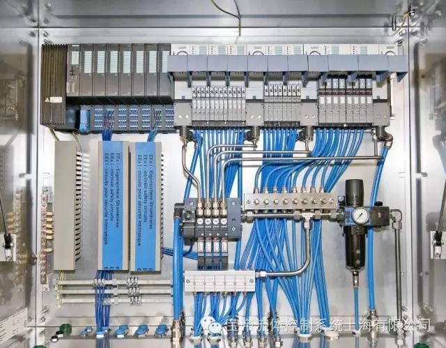 该项目的可燃气体具有危险性,因此,必须使用西门子的本质安全型SIMATICET 200iSP?分布式I/O系统作为电子控制单元。至于气动系统,设计师之所以选择Burkert,首要原因是Burkert 8650型防爆阀岛系统和ET 200iSP曾成功应用于多个重要工程。例如该项目近期应用于防爆1区北海项目,用于控制油气应用的取样和配料系统。 Burkert AirLINE Ex 8650系统为用户的改进项目提供了理想解决方案。其核心优势是大大减少了机柜空间、线路、文档和校验工作,降低了任务复杂性,并为客户